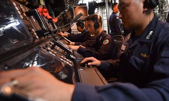 전투정보실에서 어뢰발사훈련이 진행 중이다. 접촉된 표적에 대해 분석 및 문제해결이 완료되고 함장의 명령에 따라 어뢰발사를 준비하고 있다.  [사진 해군]
