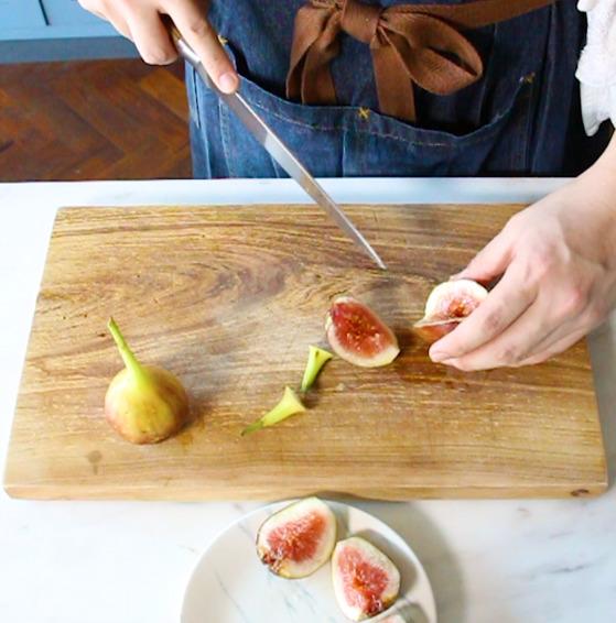 무화과는 2~3등분 해 잘라 손질한다.