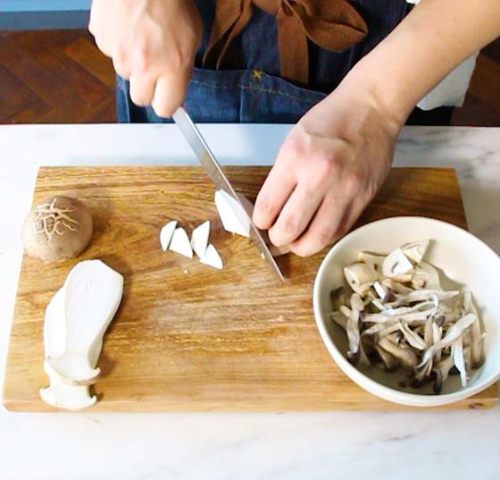 다양한 식감의 버섯을 활용한다. 작은 크기로 모두 잘라 준비한다.