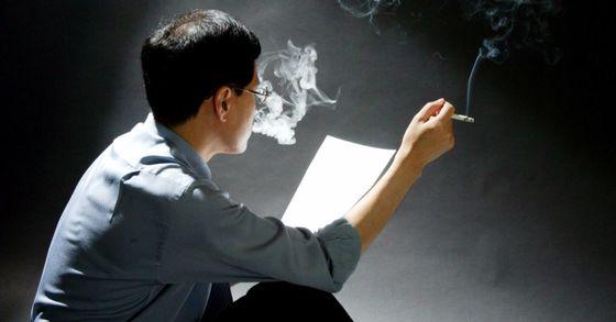 한 남성 직장인이 담배를 피우고 있다. [중앙포토]