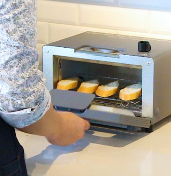 올리브 오일을 바른 바게트는 토스터로 바싹 구워 준비한다.