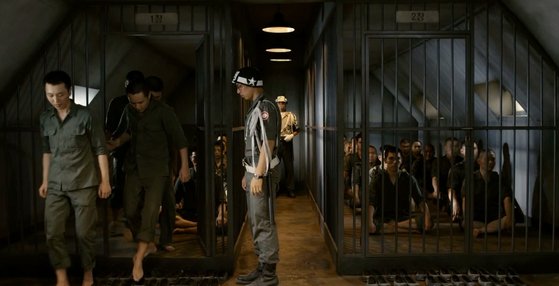 곽경택 감독의 영화 '미운 오리 새끼(2012년 작품)'에서 헌병의 허락을 받고 화장실로 가는 영창에 수감된 병사들(왼쪽).