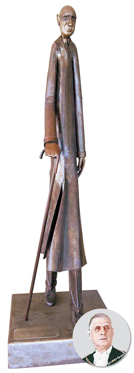 콜롱베의 드골 기념관 조각상. 지팡이를 든 노년의 드골, 집념과 피로가 얽힌 표정에 그의 큰 키(1m96㎝) 높이다.