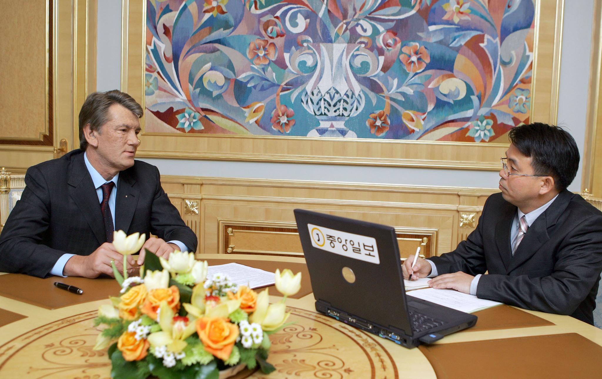 2006년 중앙일보와 인터뷰하는 빅토르 유셴코 우크라이나 대통령(왼쪽).오른쪽은 당시 본지 유철종 특파원 [중앙포토]