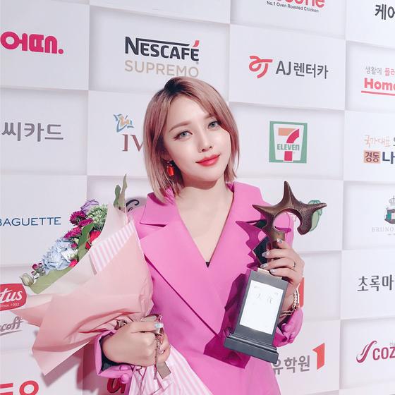 지난 9월 7일 서울 그랜드 하얏트 호텔에서 열린 '2017 올해의 브랜드 대상' 시상식에서 포니가 '올해의 뷰티 크리에이터' 부문 수상자로 선정되었다. [사진 포니 인스타그램]