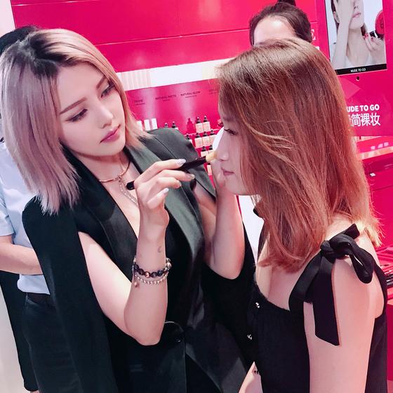 포니는 한국의 대표 뷰티 유튜버이자 스타 유튜버로 해외에서도 많은 러브콜을 받는다. 사진은 중국에서 열린 뷰티 브랜드 조르지오 아르마니의 행사장에서 메이크업 아티스트로 활약하는 모습. [사진 포니 인스타그램]