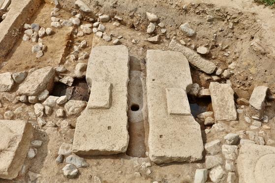 경주 안압지 북동쪽 지역에서 새로 발견된 통일신라 수세식 화장실 변기 유물. 화강암을 깎아 만들었다. [사진 문화재청]