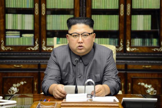 김정은 북한 노동당 위원장이 지난 21일 국무위원회 위원장 명의로 성명을 발표하고 있다. [사진 노동신문]
