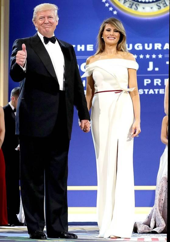 멜라니아 트럼프가 대통령 취임식 의상을 맡기며 제시한 핵심 단어 매끄러운,아이보리, 바닐라로 탄생한 드레스. [사진 US Weekly]