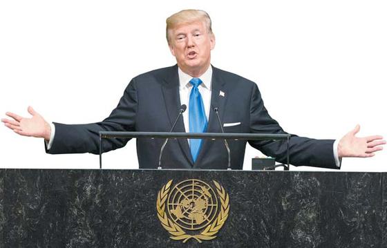 """도널드 트럼프 미국 대통령은 지난 19일(현지시간) 뉴욕 유엔본부에서 열린 유엔 총회 기조연설에서 """"미국과 동맹을 방어해야만 한다면 우리는 북한을 완전히 파괴하는 것 외에 다른 선택이 없을 것""""이라고 경고했다. [EPA=연합뉴스]"""