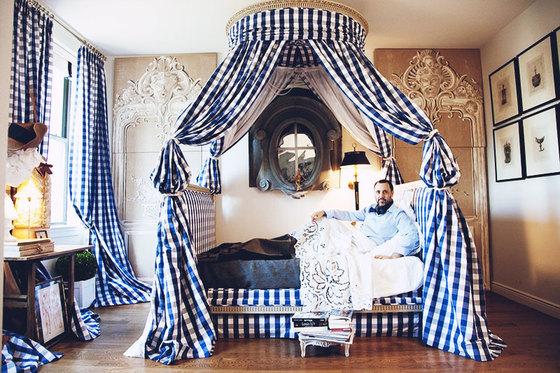 창문 밖이 보이는 에르베 피에르의 침실. 그는 침실에서 창문밖 전망을 보며 작업 스케치를 한다. [사진 This is Glamorous]