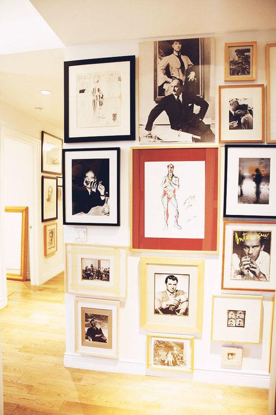 수많은 사진 액자로 장식한 에르베 피에르 집의 한 벽면. [사진 This is Glamorous]