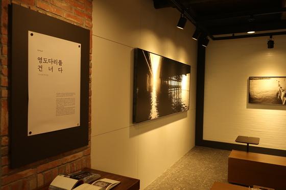 삼진어묵이 지난 21일 오픈한 부산역광장점에는 부산 작가들의 작품을 볼 수 있는 갤러리가 마련돼 있다. [사진 삼진어묵]