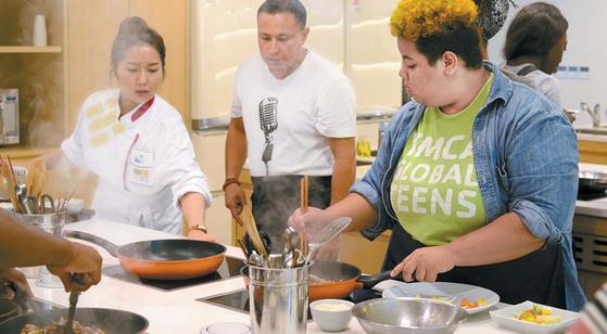 지난해 9월 열린 '제1회 월드 한식 페스티벌' 쿠킹클래스 현장에서 미국인들이 불고기 만드는 법을 배우고 있다. [사진·한식재단]