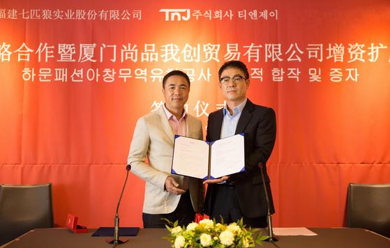 9월 22일 '치피랑그룹-한국 티엔제이(TNJ) 합자 조인식'에 참석한 저우사오슝 중국 치피랑그룹 회장(왼쪽)과 티엔제이 이기현 대표. [사진 티엔제이]