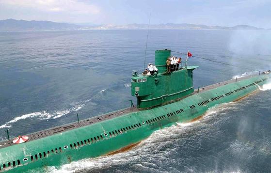 김정은이 올라 연습을 지휘했던 로미오급은 북한의 주력 잠수함이다. [사진 노동신문]