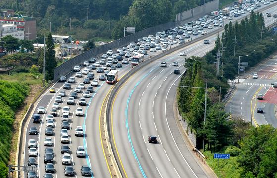 올 추석을 전후해 3일간 모든 고속도로의 통행료가 면제된다. 사흘씩 통행료 면제는 처음이어서 고속도로 소통에 어떤 영향을 미칠지 관심이 모아진다. 프리랜서 김성태
