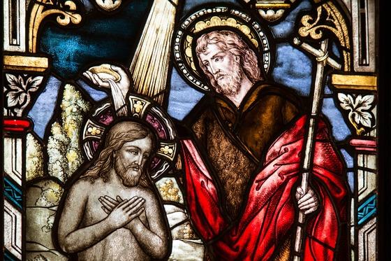 """세례 요한이 예수에게 세례를 주는 모습을 묘사한 스테인드글라스. 요한은 """"나는 물로 세례를 주지만, 머지 않아 성령으로 세례를 주실 분이 올 것이다""""라고 예언했다."""