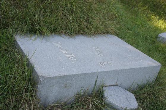 인천상륙작전 당시 훼손된 명온공주와 부마 김현근의 묘비