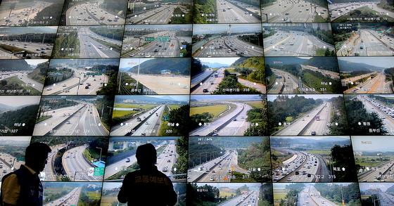 명절 기간 중 한국도로공사 상황실에서 교통예보팀 관계자가 CCTV를 통해 전국 고속도로 상황을 분석하고 있다. [연합뉴스]