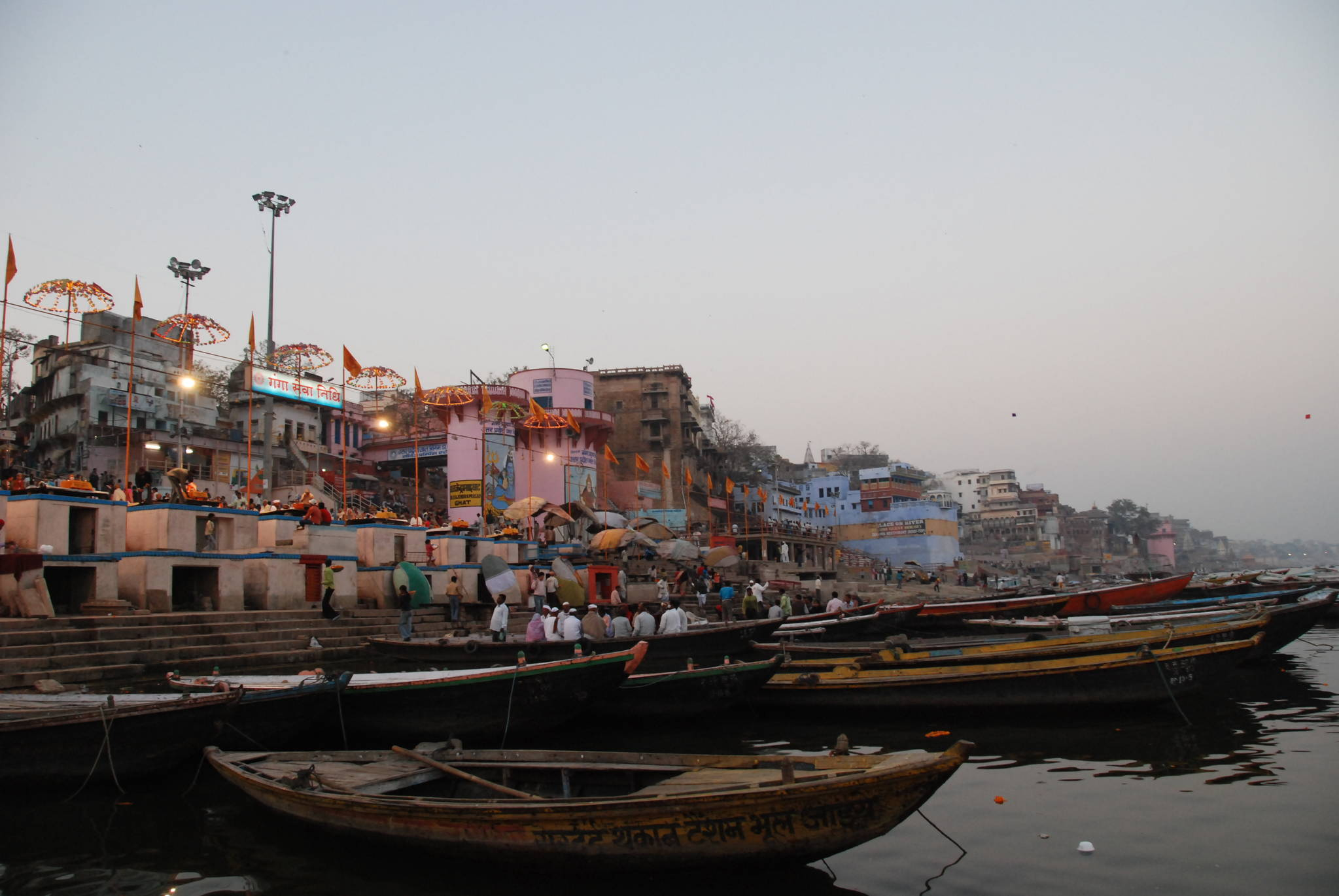 저녁 무렵의 갠지스강. 강변에서는 힌두교식 종교행사가 열리고 있었다. 힌두교도들은 갠지스강이 시바신이 사는 천국으로 흘러간다고 믿는다. 백성호 기자