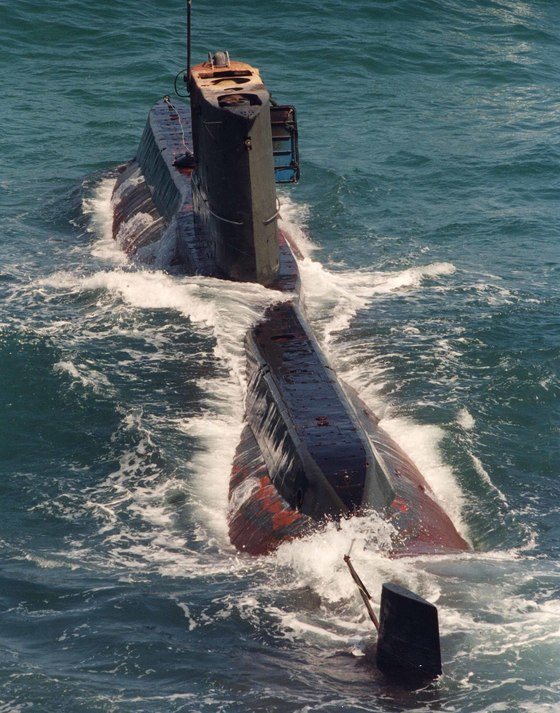 1996년 북한 상어급 잠수함이 강름 앞 해안에 기관 고장으로 좌초했다. [사진 중앙포토]