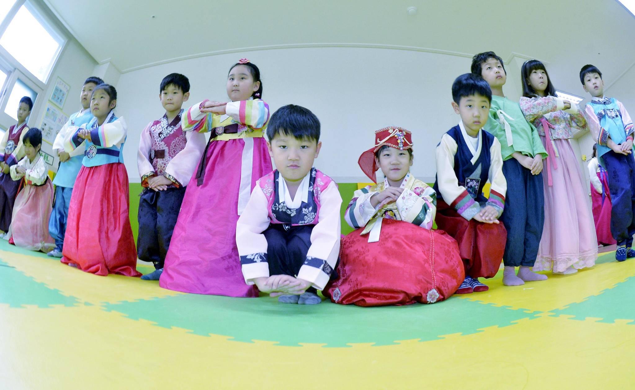 29일 큰절을 배우는 어린이들의 표정이 진지하다. 프리랜서 김성태