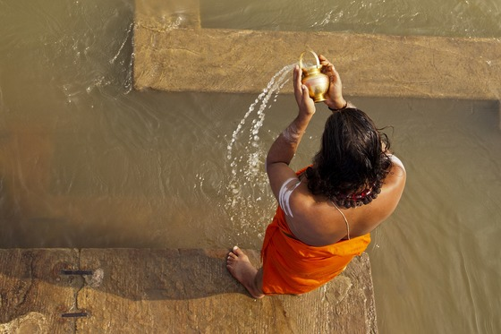 저녁 무렵이면 갠지스 강변에선 힌두교의 종교 의식이 종종 열린다. 한 힌두교도가 갠지스강의 물을 떠서 기도를 하고 있다.