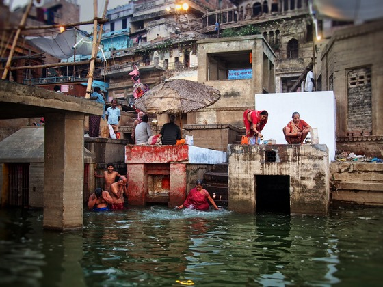 인도 바라나시의 갠지스강에서 힌두교도들이 몸을 씻고 있다. 그들은 갠지스의 강물이 자신의 죄를 씻어준다고 믿는다. 살아서 갠지스에 몸을 씻고, 죽어서 자신의 화장한 유해가 갠지스에 뿌려지는 게 그들의 소원이다.