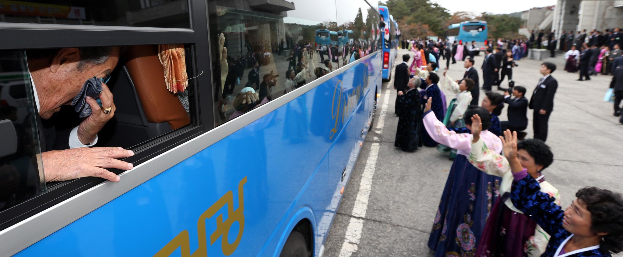 지난 2015년10월 북한 금강산에서 열린 제20차 남북이산가족상봉 행사가 끝난 뒤 한 할아버지가 북측 가족과 헤어지며 눈물짓고 있다. [사진공동취재단]