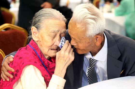 지난 2015년 10월 금강산에서 열린 20차 남북 이산가족 상봉에서 남쪽 권오희(왼쪽)씨가 북쪽의 의붓아들 이한식과의 작별를 아쉬워 하고 있다. [사진공동취재단]