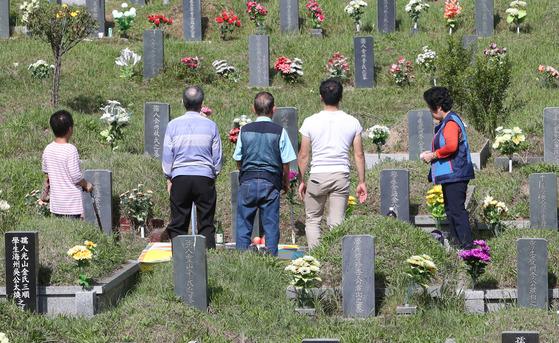 추석 명절을 앞두고 지난달 24일 부산 금정구 영락공원에 조상들의 묘를 벌초하려는 성묘객들의 발길이 이어지고 있다. (송봉근 기자)