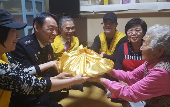 박우현 수서경찰서장을 비롯한 관계자들이 홀로 사는 정모 할머니의 임대주택을 방문해 추석 제수용 음식을 전달하고 있다. 사진=이영종 기자