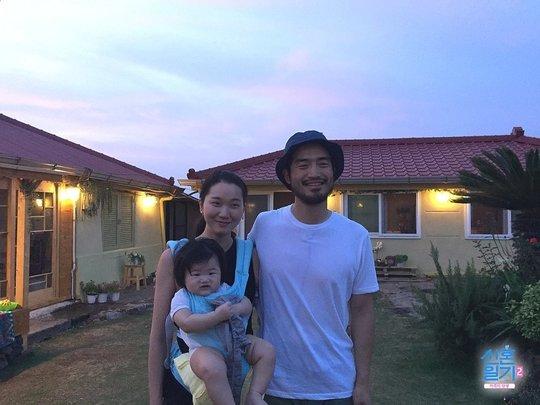 '신혼일기' 촬영지인 제주도 한 마을에서 가족과 찍은 모습. [사진 tvN]