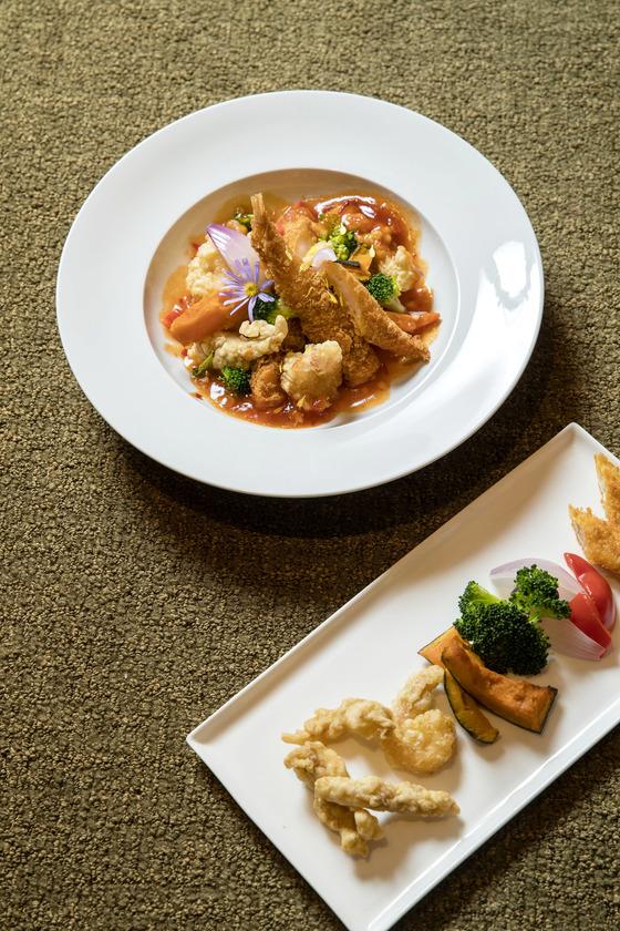 남은 튀김(사진 아래)과 생선으로 만든 칠리 생선튀김(위). 장진영 기자