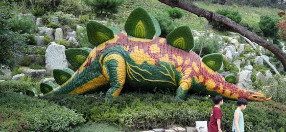 스테고사우루스. 길이 9미터, 몸무게 2톤을 자랑하는 육중한 크기를 가진 초식동물이다. 거대한 몸집과는 달리 뇌는 호두알 크기만한 것으로 알려졌다. 덕평공룡수목원=최승식 기자