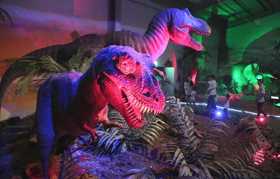 공룡전시관에는 대형공룡과 곤충모형들이 어둠 속에서 '으르렁~' 거린다. 어두운 실내에 들어서면 반드시 아이들과 손을 꼭 잡고 움직여야 한다. 공룡 울음소리보다 더 큰 아이들 울음소리를 듣기 싫다면...