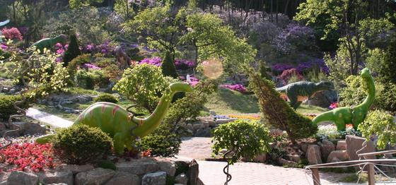 덕평공룡수목원 입구를 들어서면 첫 눈에 들어오는 광경은 숲 속에서 노는 공룡들의 모습이다.