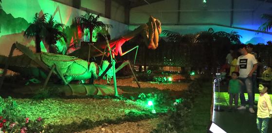 공룡전시관에는 대형곤충 모형들도 함께 볼 수 있다. 이천 덕평공룡수목원=최승식 기자