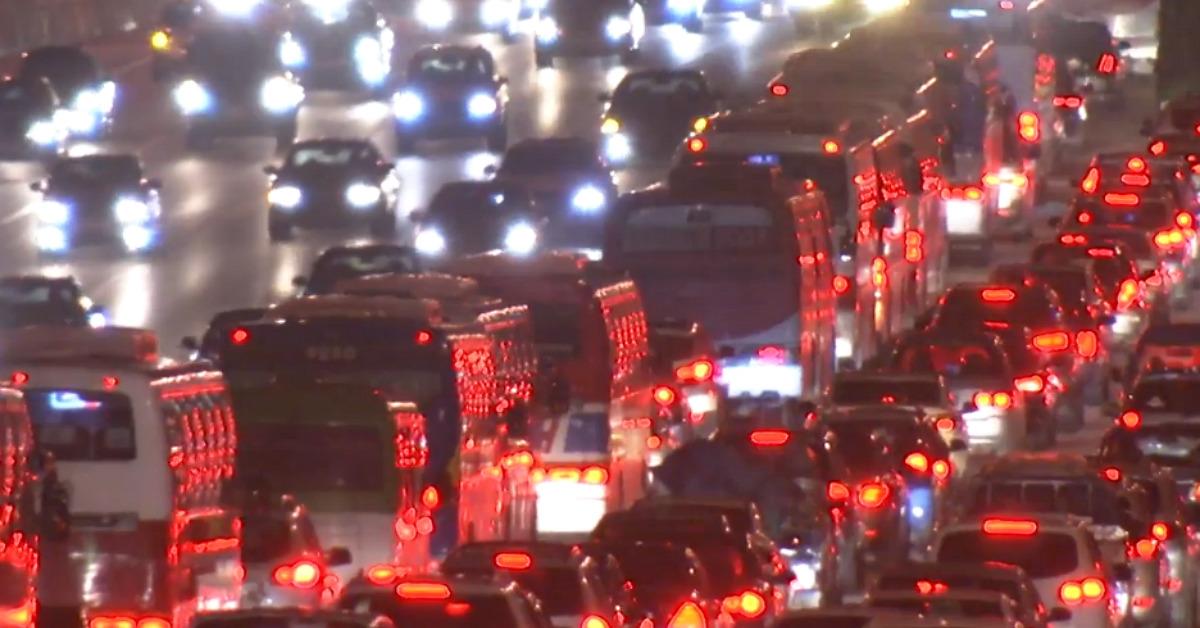 추석 연휴 기간 밤늦게까지 차량이 몰린 고속도로. [사진 YTN 캡처]