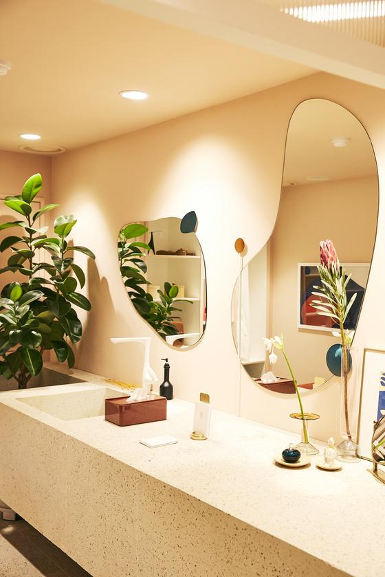탬버린즈의 2층 화장실 공간. 핸드크림을 발라볼 수 있다. [사진 탬버린즈]