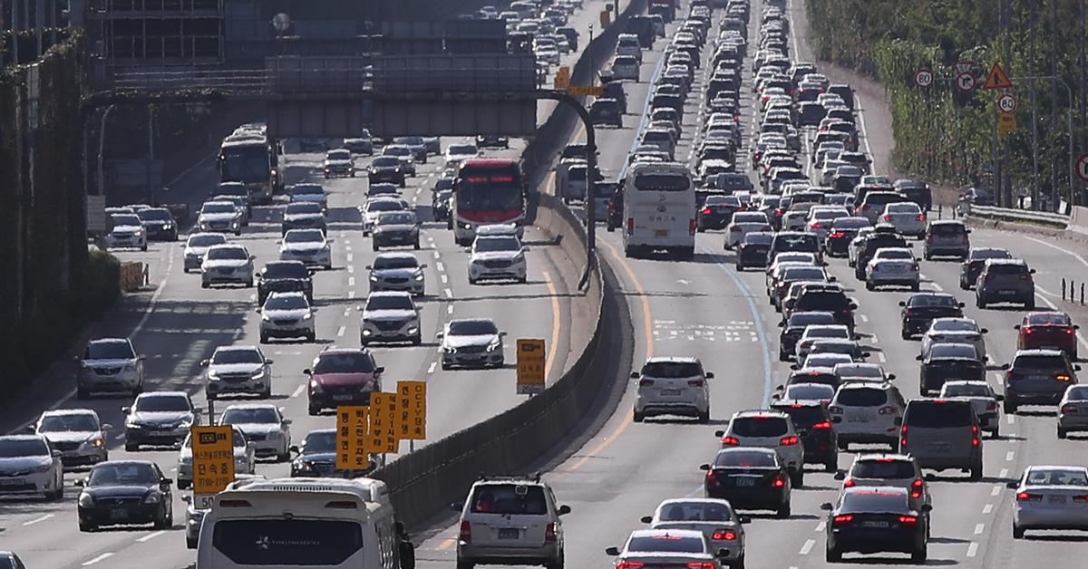 이번 추석 연휴 기간에는 장거리 여행차량이 몰려 고속도로가 적지 않은 정체를 빚었다. [연합뉴스]