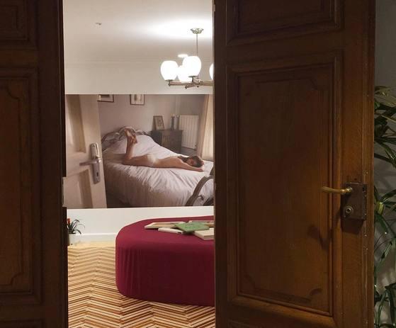 문을 열면 마주치는 사진 때문에 마치 누군가의 침실을 은밀하게 들여다보는 느낌마저 든다. [사진 탬버린즈 공식 인스타그램]