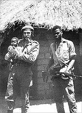 1965년 콩고에서 어린이를 안고 파이프 담배를 피우는 게바라의 모습. 게바라는 천식을 앓았지만 평생 담배를 고집했다.