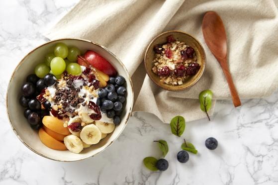 다양한 곡물·과일을 담은 썬더버드의 '수퍼푸드 어벤저스 샐러드'. [사진 SG다인힐]