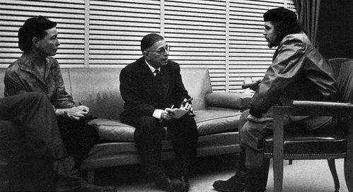 1960년 3월 쿠바 수도 아바나에서 프랑스 철학자 사르트르(가운데)와 작가 드보부아르(왼쪽)와 함께한 게바라(오른쪽).