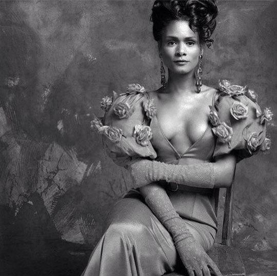 극치의 여성스러움을 보여주는 드레스 차림의 트레이시 노먼. [인스그램]