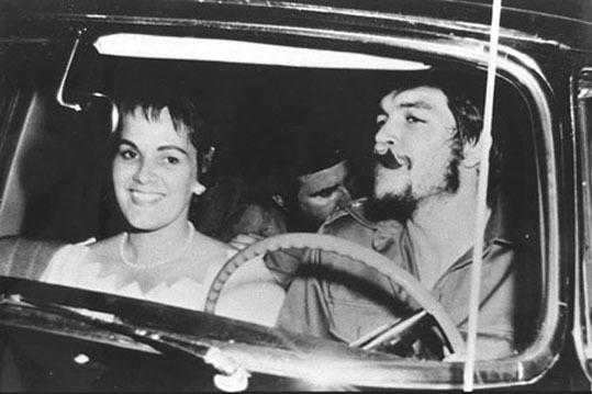 둘째 부인 알레이다 마르치와 아바나에서 드라이브 중인 게바라. 그는 1953년 페루 출신 힐다 가데아와 결혼했지만 1959년 헤어지고 마르치와 재혼했다. 가데아와 사이에서 1명, 마르치와 4명의 자녀를 뒀다.