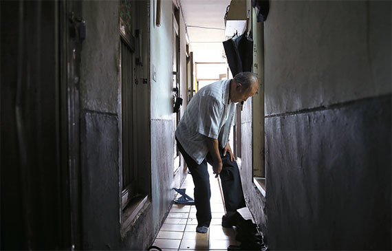 기초수급자 김모씨는 기초연금을 받지만 생계비 지원금이 그만큼 깎인다. 안 받는 것과 같다. 김씨가 집을 나서고 있다. [중앙포토]