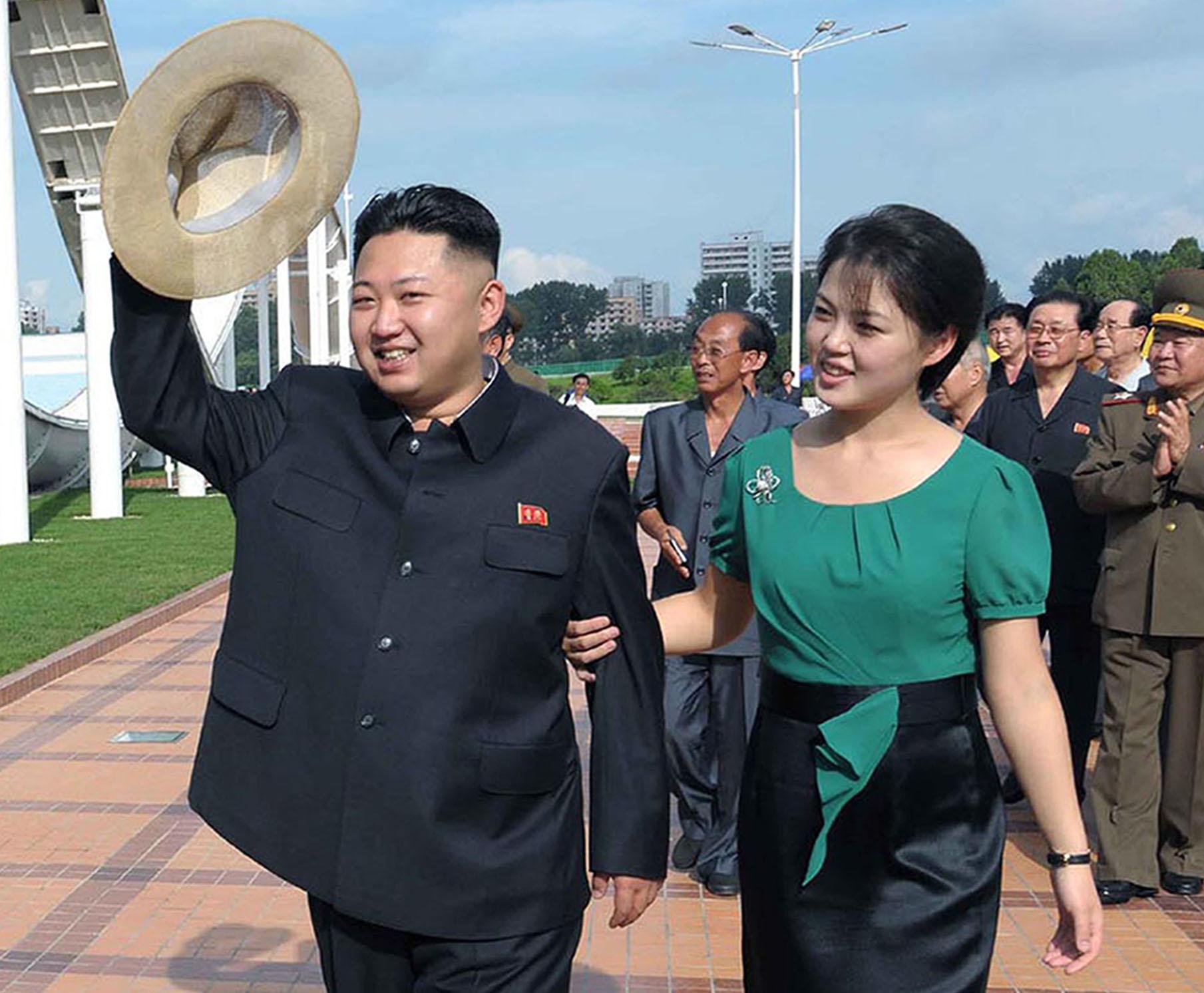 김정은이 2012년7월 부인 이설주와 함께 평양 능라인민유원지를 방문한 모습. 북한은 이때 처음으로 '부인 이설주 동지'로 호칭해 김정은의 부인임을 공개했다. [중앙포토]